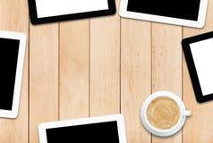 Группа в составе ПК и кофе таблетки на деревянном столе Стоковая Фотография