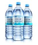 Группа в составе пластичные бутылки с водой питья Стоковые Изображения RF