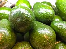Группа в составе плоды авокадоа во внешней витрине магазина стоковые фотографии rf