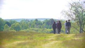 Группа в составе подростки идя на поле к лесу видеоматериал