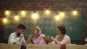 Группа в составе подростковые студенты сотрудничая на проекте в классе Класс одноклассника деля международного друга сток-видео