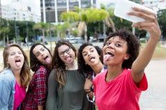 Группа в составе подруги принимая шальное selfie Стоковое фото RF