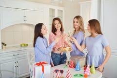 Группа в составе подруги с тортом с свечами празднует birt Стоковое Изображение