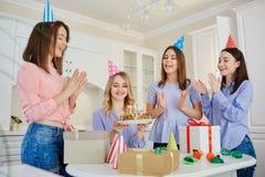 Группа в составе подруги с тортом с свечами празднует birt Стоковая Фотография RF