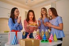 Группа в составе подруги с тортом с свечами празднует birt Стоковые Изображения