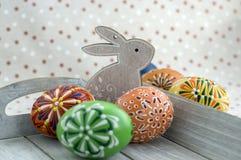 Группа в составе покрашенные воском пасхальные яйца на свете - серый поднос, орнаменты воска, покрасил цветки, цвета радуги стоковое изображение rf