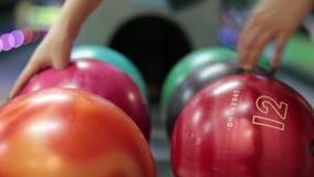 Группа в составе покрашенные шарики боулинга в клубе сток-видео