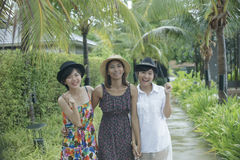 Группа в составе портрета азиатский друг молодой женщины идя в парк с Стоковое Фото