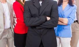 Группа в составе портрета бизнесмены стоя совместно в офисе. Стоковая Фотография RF
