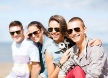 Группа в составе подростки вися вне Стоковые Изображения