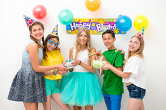 Группа в составе подростки на вечеринке по случаю дня рождения Стоковое фото RF