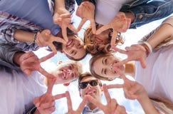 Группа в составе подростки показывая палец 5 Стоковое Изображение