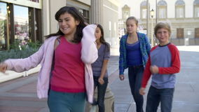 Группа в составе подростковые дети представляя для камеры в замедленном движении акции видеоматериалы