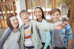 Группа в составе подруги по школе принимая selfie с мобильным телефоном Стоковая Фотография RF