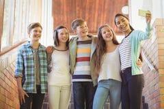 Группа в составе подруги по школе принимая selfie с мобильным телефоном Стоковые Изображения