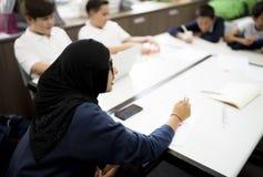 Группа в составе подруги по школе уча знание класса Стоковое Изображение RF