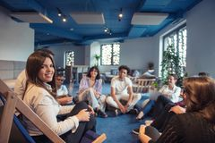 Группа в составе предприниматели работая совместно и подготавливая бизнес-план стоковые изображения rf