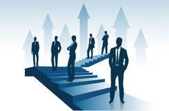 Группа в составе предприниматели стоит на лестнице идя вверх представить концепцию успеха бесплатная иллюстрация