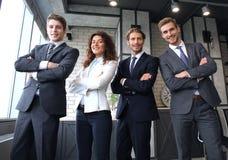 Группа в составе предприниматели стоя совместно в офисе стоковые фотографии rf