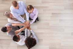 Группа в составе предприниматели штабелируя их руки стоковое фото rf