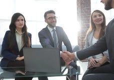 Группа в составе предприниматели wotking совместно в офисе Стоковое Изображение RF