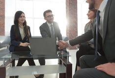 Группа в составе предприниматели wotking совместно в офисе Стоковое фото RF