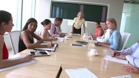Группа в составе предприниматели встречая вокруг таблицы зала заседаний правления сток-видео