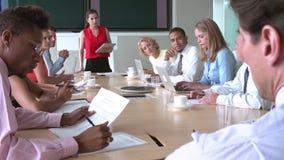 Группа в составе предприниматели встречая вокруг таблицы зала заседаний правления акции видеоматериалы
