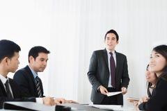 Группа в составе предприниматели в встрече стоковые изображения