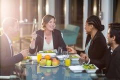 Группа в составе предприниматели имея завтрак Стоковые Фото