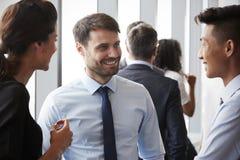 Группа в составе предприниматели имея неофициальную встречу офиса стоковые изображения