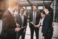 Группа в составе предприниматели имея переговор стоковая фотография