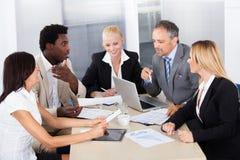 Группа в составе предприниматели обсуждая совместно Стоковая Фотография RF