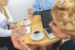 Группа в составе предприниматели работая в офисе Стоковые Изображения