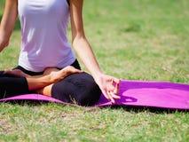 Группа в составе профессиональные yogis размышляет в парке города Стоковые Изображения