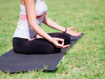 Группа в составе профессиональные yogis размышляет в парке города Стоковая Фотография RF