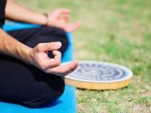 Группа в составе профессиональные yogis размышляет в парке города Стоковое Фото