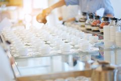 Группа в составе пустая много строк белых керамических чашек кофе или чая и Стоковое фото RF
