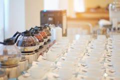 Группа в составе пустая много строк белых керамических чашек кофе или чая и Стоковые Фотографии RF