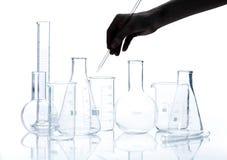 Группа в составе пустые flacks химической лаборатории Стоковые Фотографии RF