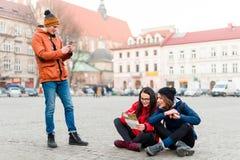 Группа в составе путешествовать друзей Стоковое фото RF