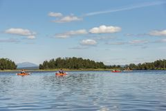Группа в составе путешествовать kayakers в реке Швеции Enan стоковая фотография rf
