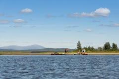 Группа в составе путешествовать kayakers в реке Швеции Enan стоковое фото rf
