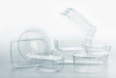 Группа в составе пластмасовые контейнеры прозрачной пластмассы кладет пакет в коробку еды на белизне Стоковые Фото