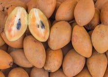 группа в составе плодоовощ Sapodilla или Ciku в рынке Стоковые Изображения