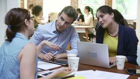 Группа в составе работники офиса встречая для того чтобы обсудить идеи акции видеоматериалы
