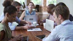 Группа в составе работники офиса встречая для того чтобы обсудить идеи видеоматериал