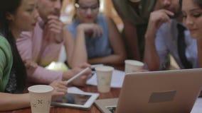 Группа в составе работники офиса встречая для того чтобы обсудить идеи сток-видео