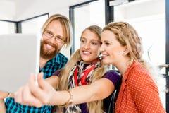Группа в составе работники офиса делая selfie внутри помещения Стоковая Фотография