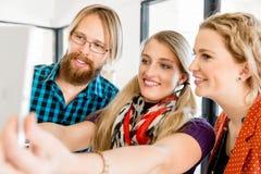 Группа в составе работники офиса делая selfie внутри помещения Стоковая Фотография RF